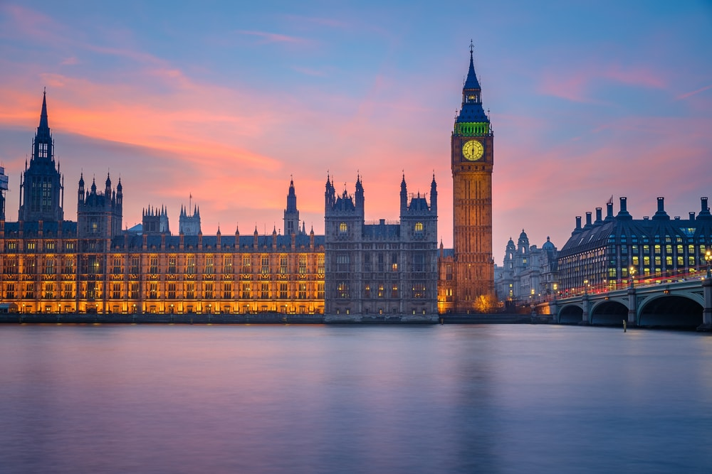 [Q] Which London landmark lights up when Parliament is in session?