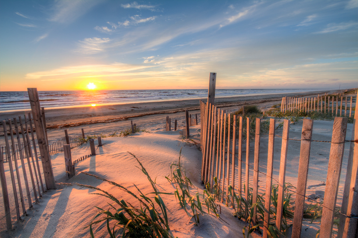[Q] Which U.S. state is home to a chain of islands known as the Outer Banks?